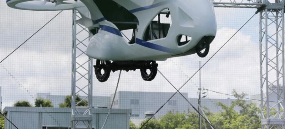 Carro voador faz teste de 1 minuto no Japão!